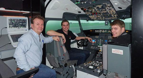 Under ledning av Peder och Jakob känner man sig väldigt trygg i den instängda simulatorn.