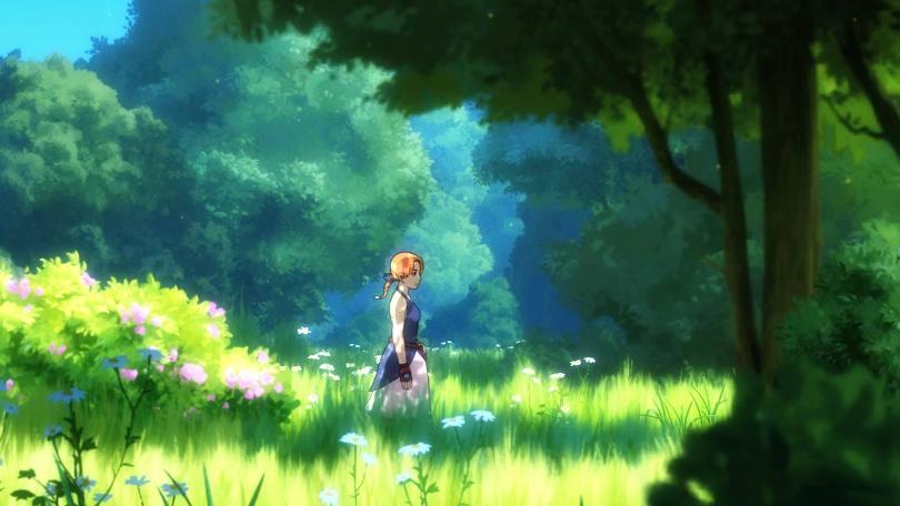 Anne står på en lummigt grön gräsplätt, omringad av träd och annan växtlighet i ett bländande solljus.