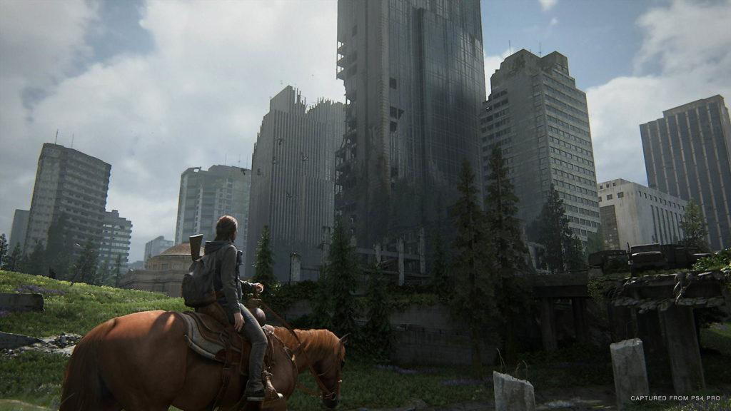 Ellie på häst i postapokalypsens Seattle.